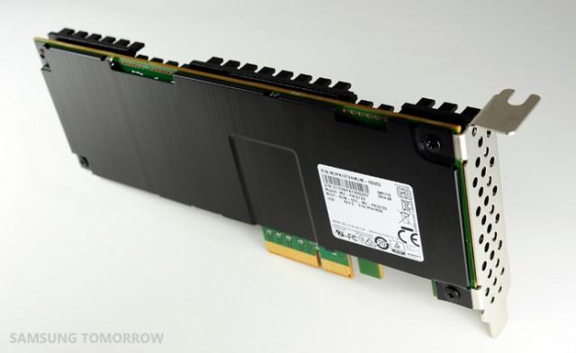 삼성전자가 올해 9월 출시한 3차원 V낸드기반 시작한 3.2TB(테라바이트)용량의 카드타입 SSD. - 삼성전자 제공